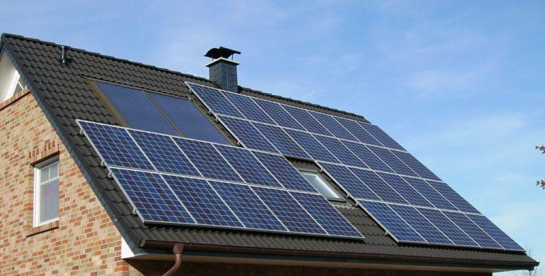 solar-panel-array-1591358_1280-768x389 Van különbség a napelem és a napkollektor közt?