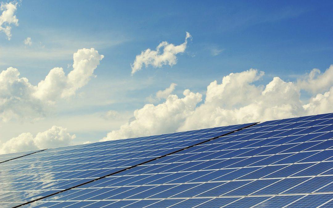 Az időjárás szerepe a napelemes rendszerek működtetésében